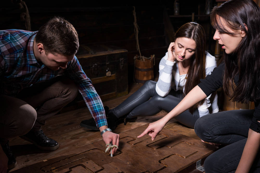Juego enigma, diversión en grupo de amigos